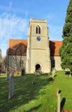 Eine englische Dorf-Kirche und ein Kontrollturm Stockfotos