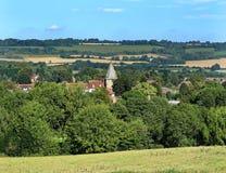 Eine englische ländliche Landschaft mit Stadt im Tal Lizenzfreie Stockfotos