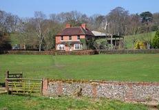 Eine englische landwirtschaftliche Landschaft mit Bauernhof Lizenzfreie Stockfotografie