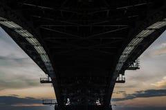 Eine enorme Eisenbrücke während des Sonnenuntergangs Stockfotos