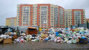 Eine enorme Müllkippe auf dem Wohnviertel Apokalyptischer Überlebender des Postens in der Gasmaske Stockfotos