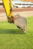 Eine enorme Schaufel, die auf dem Boden gräbt. Stockbild