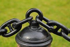 Eine enorme schwarze Kette wird durch einen Ring angeschlossen Lizenzfreies Stockfoto