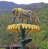 Eine enorme Skulptur der Biene auf Blume Lizenzfreies Stockbild