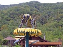 Eine enorme Skulptur der Biene auf Blume Stockbild