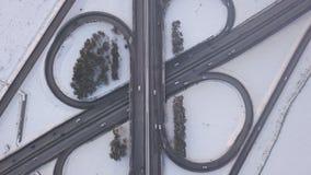 Eine enorme Straßenkreuzung voll von Autos und von LKWs stock footage