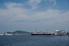 Eine entfernte Ansicht des berühmten Dingyuan-Kriegsschiffes an Weihai-Bucht, China Lizenzfreies Stockbild