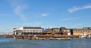 Eine entfernte Ansicht von Pier 39 Stockfotos
