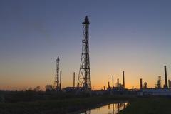 Eine Erdölraffinerie bei Sonnenuntergang Stockfoto