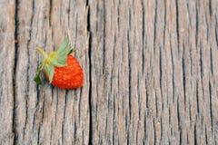 Eine Erdbeere auf Holz Lizenzfreie Stockbilder