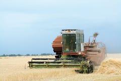 Eine Erntemaschine auf dem Gebiet Stockbilder