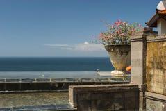 Eine erstaunliche Ansicht von einem Ozean oder von Meer von einem Portal mit einer Blume Lizenzfreie Stockbilder