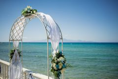 Eine erstaunliche Hochzeitszeremonie im Freien Lizenzfreies Stockfoto