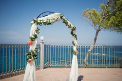 Eine erstaunliche Hochzeitszeremonie im Freien Stockbild