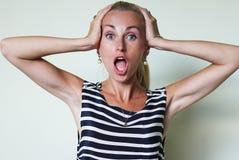 Eine erstaunte Frau mit offenem Mund Lizenzfreie Stockbilder