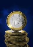 Eine Euromünze im Blau Stockbilder