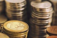 1 (eine) Euromünze zwischen anderen Währungen Lizenzfreies Stockbild