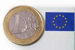 Eine Euromünzen- und Eu-Flagge Stockfotografie