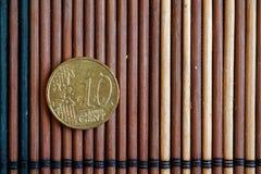 Eine Euromünzenlüge auf hölzerner Bambustabelle Bezeichnung ist Eurocent 10 Lizenzfreie Stockfotografie