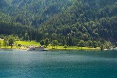 Eine Fähre, die entlang dem Achensee See in Tirol, Österreich kreuzt Stockfotos