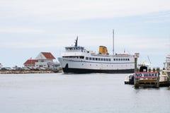 Eine Fähre kommt in Hafen durch die keine Spurzone Lizenzfreie Stockbilder