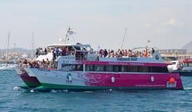 Eine Fähre verpackte mit den Passagieren, die das Volvo-Ozeanrennen in Alicante aufpassen Lizenzfreie Stockfotos