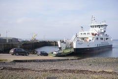 Eine Fährenankunftsleute, die weg vom Brett, schottische Insel, am 25. Februar 2018 gehen Stockfoto