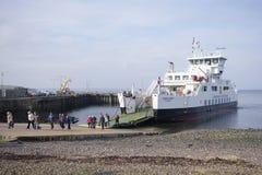 Eine Fährenankunftsleute, die weg vom Brett, schottische Insel, am 25. Februar 2018 gehen Stockbilder