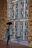 Eine Fahrradverriegelung auf einem Metallgatter Lizenzfreie Stockbilder