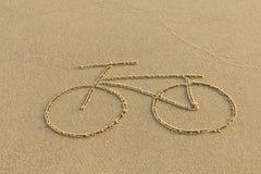 Eine Fahrradzeichnung auf dem Sand Lizenzfreies Stockfoto