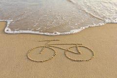Eine Fahrradzeichnung auf dem Sand Stockfotografie