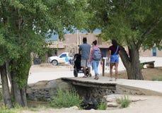 Eine Familie bereist den Taos-Pueblo im New Mexiko Stockbild