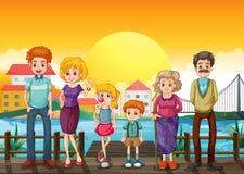 Eine Familie an der Holzbrücke über dem Dorf stock abbildung