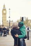 Eine Familie der Mutter und Sohn betrachten Big Ben Stockbild