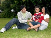 Eine Familie, die im Garten spielt Lizenzfreie Stockbilder