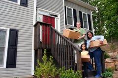 Eine Familie, die in neues Haus sich bewegt Lizenzfreie Stockbilder