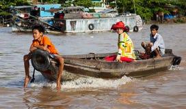 Eine Familie geht, auf einem Boot zu vermarkten Lizenzfreie Stockfotografie