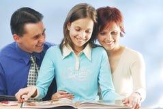 Eine Familie mit einem Buch Stockfotografie