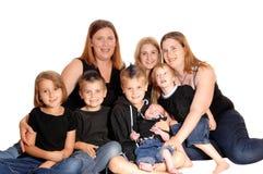 Eine Familie von acht Leuten zusammen Stockfotografie