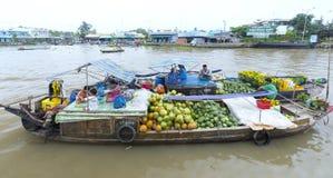 Eine Familie von den Landwirten, die Agrarprodukte auf dem Fluss handeln stockbilder