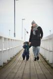 Eine Familie von zwei geht auf einen Pier Lizenzfreies Stockfoto