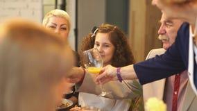 Eine Familienfeier, ein Toast, Gläser stock footage