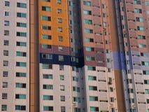 Eine Fassade eines großen Gebäudes Lizenzfreie Stockfotos