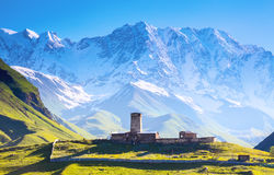 Eine faszinierende Ansicht über Ushguli-Dorf am Fuß von Schnee-mit einer Kappe bedeckt Stockfoto