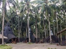 Eine faszinierende Ansicht der Häuser in den Palmen Stockbild