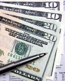 Eine Feder auf US-Bargeld Lizenzfreie Stockfotos