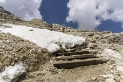 Eine felsige Landschaft am Gipfel von Sass Pordoi dolomites Italien stockbilder