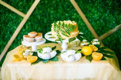 Eine festliche kandi Stange verziert in einer tropischen Art mit Zitronenkuchenmuffins und Eibische und helle Ballone lizenzfreie stockbilder