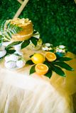 Eine festliche kandi Stange verziert in einer tropischen Art mit Zitronenkuchenmuffins und Eibische und helle Ballone stockbilder