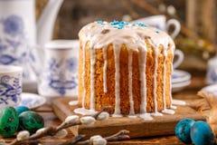 Eine festliche Teeparty für Ostern Eine Tabelle verziert für den Feiertag Selbst gemachter köstlicher Kuchen in der Zuckerzuckerg lizenzfreie stockbilder